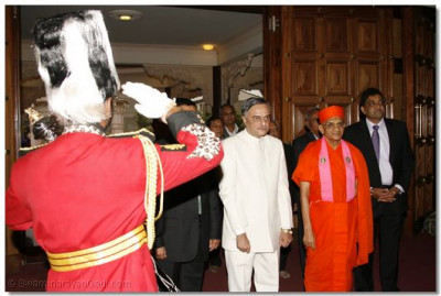 H H Swamibapa Pipe Band gives a guard of honour to The Chief Guest, Dr.Ketan Shukla, Deputy  High Commisioner of India