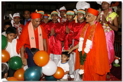Acharya Swamishree with some of the dancers