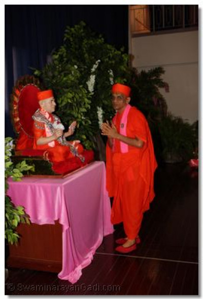 Acharya Swamishree offers prayers at the commencement of Nrutya Nite
