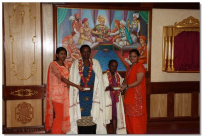 Prasad and shawl presented to the wife and daughter of the chief guest