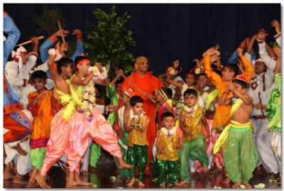 Acharya Swamishree joins in at the culminating stage