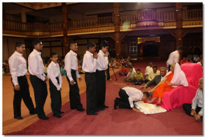 Devotees come for Acharya Swamishree's darshan