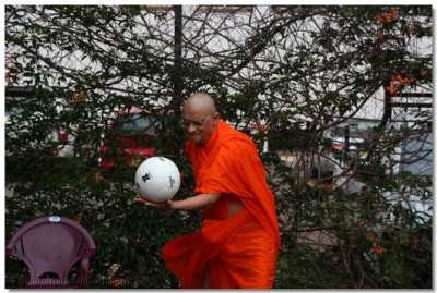 Acharya Swamishree inaugurates the Volleyball tournament