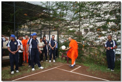 Acharya Swamishree makes the first serve