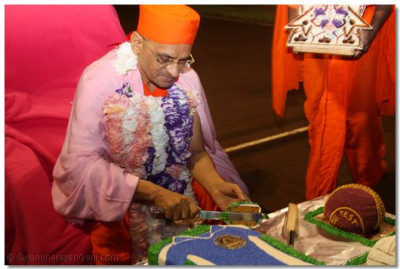 Acharya Swamishree cuts the cake