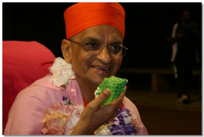 Acharay Swamishree takes the cake prasad