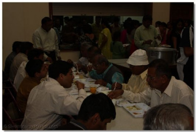 Devotees enjoy lavish dinner prasad