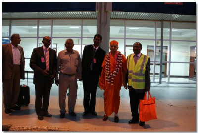 Devotees welcome Acharya Swamishree at Entebbe Airport
