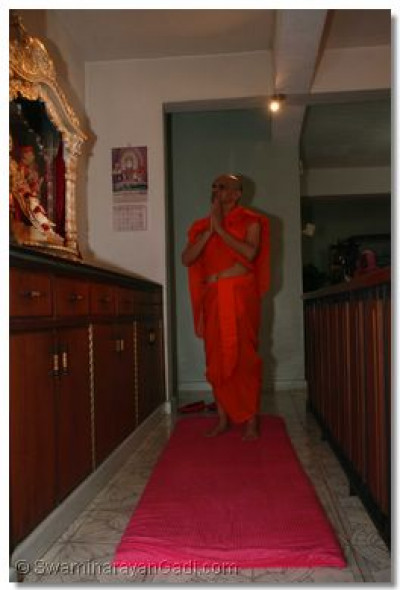 Acharya Swamishree performs daily niyams