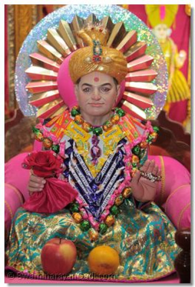 Shree Abji Bapashree adorned with confectionery chadar