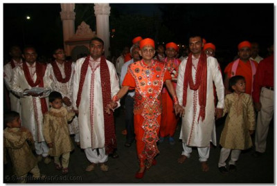Acharya Swamishree escorted to the temple hall