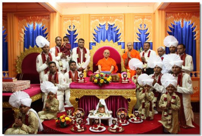 Benefactors of the parayan with Acharya Swamishree