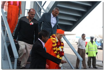 Devotees lead HDH Acharya Swamishree to VIP lounge