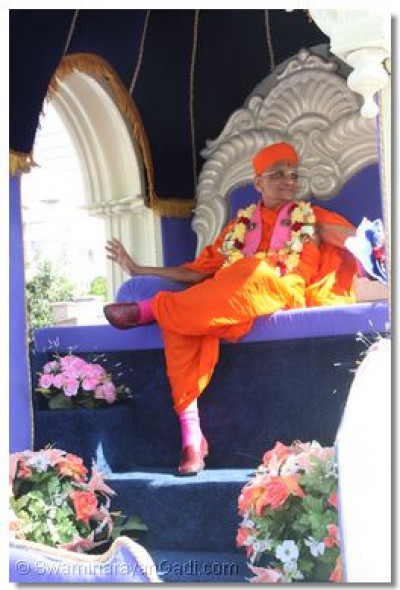 HDH Acharya Swamishree on a chariot