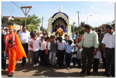 Young devotees pull the chariot