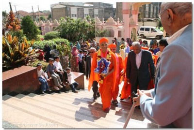 HDH Acharya Swamishree arrives in Nairobi temple