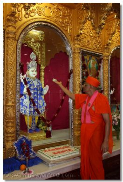 HDH Acharya Swamishree offers the cake to Lord Swaminarayan