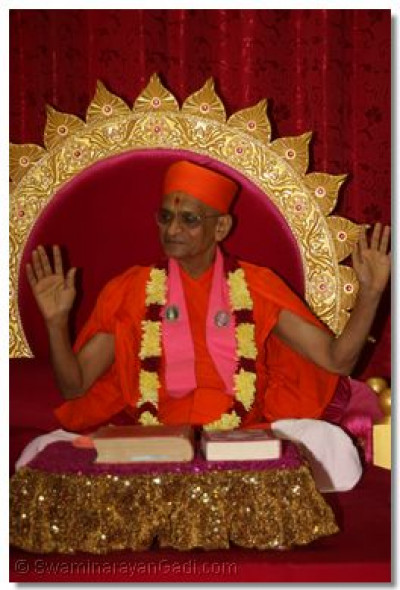 HDH Acharya Swamishree blesses the congregation