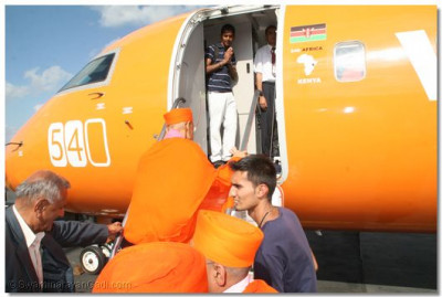 Acharya Swamishree boards 540 flight to Entebee, Uganda
