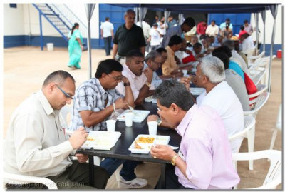 Devotees enjoy lunch prasad