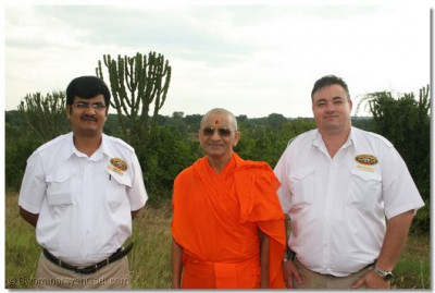 Managers of Mweya Lodge wit hHDH Acharya Swamishree
