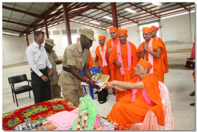 "Escort police officers presented with ""Ghanshyam Baal Leela"""