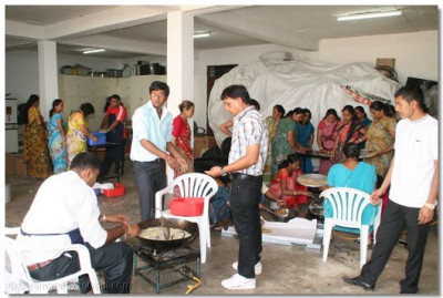 Devotees help in preparation of lunch prasad