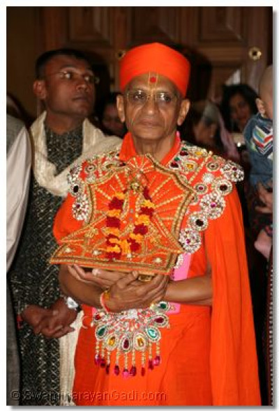 Divine Darshan of His Divine Holiness Acharya Swamishree with Shree Harikrishna Maharaj