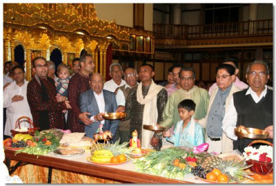 Disciples perform the arti of Lord Shree SwaminarayanBapa Swamibapa