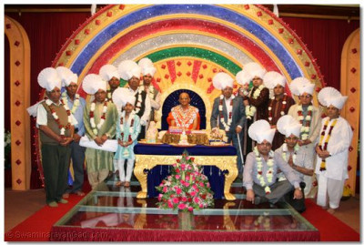 His Divine Holiness Acharya Swamishree blesses disciples adorned in prasad paags