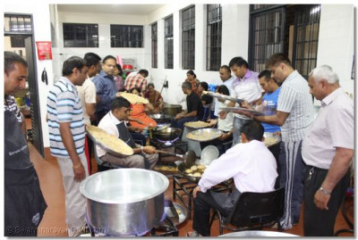 Over a hundred disciples had come early in the morning to prepare prasad thaar
