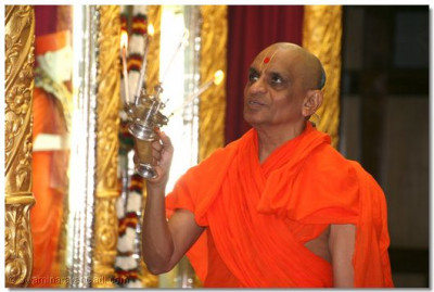 Divine darshan of His Divine Holiness Acharya Swamishree performing Mangla arti to Lord SwaminarayanBapa Swamibapa