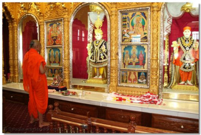 His Divine Holiness Acharya Swamishree performs the 11th Anniversary ceremony