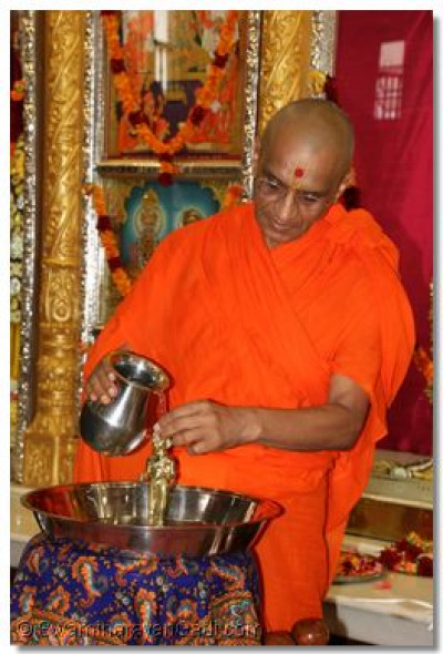 His Divine Holiness Acharya Swamishree bathes Shree Harikrishna Maharaj with each of the five nectars