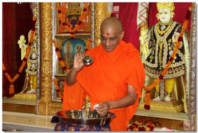 His Divine Holiness Acharya Swamishree bathes Shree Harikrishna Maharaj with each of the five nectars (honey)