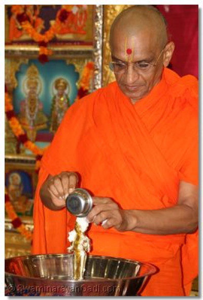 His Divine Holiness Acharya Swamishree bathes Shree Harikrishna Maharaj with each of the five nectars (yogurt)