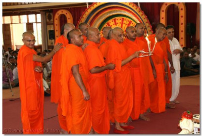 His Divine Holiness Acharya Swamishree and Sants perform the first arti to Lord Shree SwaminarayanBapa Swamibapa