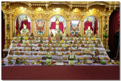 Divine darshan of Lord Shree Swaminarayan, Jeevanpran Shree Abjibapashree and Jeevanpran Shree Muktajeevan Swamibapa with the magnificent ankot