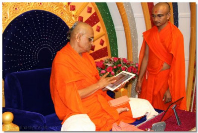 His Divine Holiness Acharya Swamishree unveils the new Shree Harignanamrut ebook publication