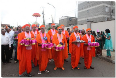 Sant mandal carry offerings to Lord Swaminarayan