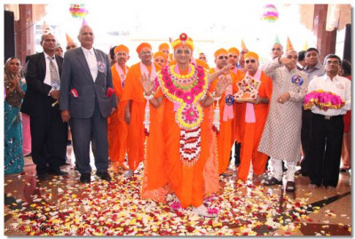 HDH Acharya Swamishree about to enter the temple hall