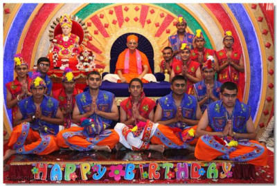 Dancers with HDH Acharya Swamishree