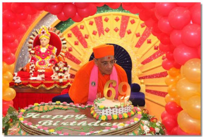 HDH Acharya Swamishree blows the candles