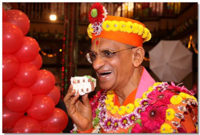HDH Acharya Swamishree takes a bite of the cake