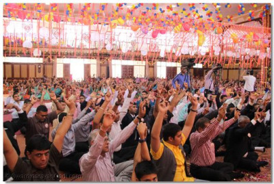 Devotees mark the end of morning sabha