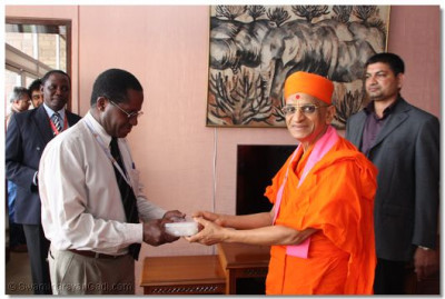 Kenya Airport dignatory receives HDH Acharya Swamishree's blessings