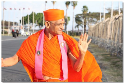 HDH Acharya Swamishree waves goodbye to devotees at Jomo Kenyatta International Airport