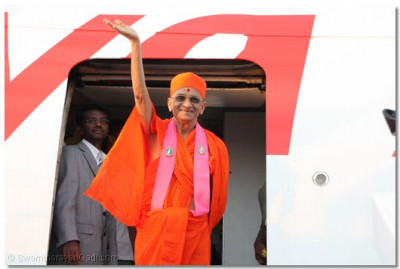 HDH Acharya Swamishree waves goodbye to devotees before departure