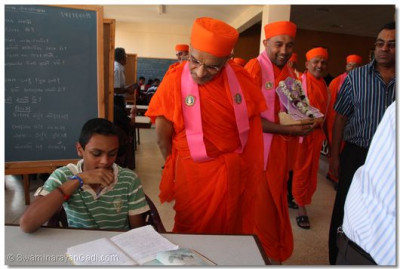 HDH Acharya swamishree inspects work of one of the students