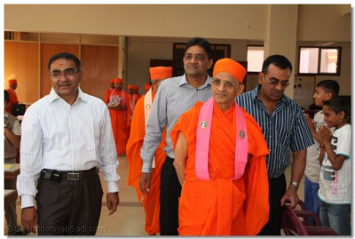 HDH Acharya swamishree going round the Gujarati classes